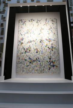 唯一一件大尺寸的架上作品 它与对面的1319件小尺幅作品为一个不可分割的整体