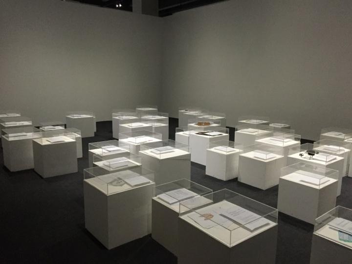 《我是自己的结果》现场:每个展台上都是不同的艺术家对沈少民死后身体如何做成作品发起的提案