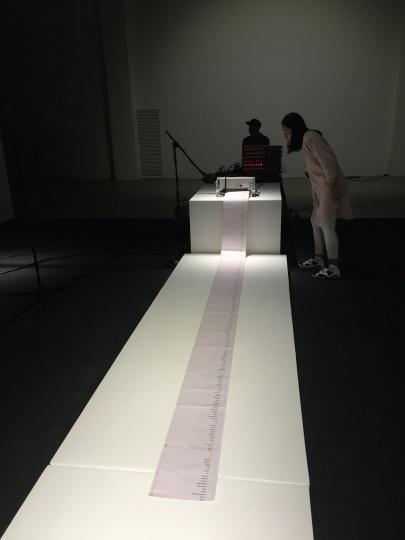 观众的话语,经过电脑转化成文字,并由打印机最终打印出来