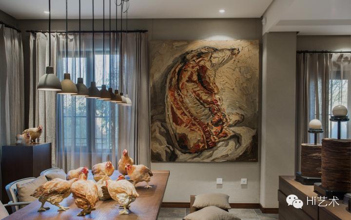 田军将艺术家段建宇曾经在威尼斯双年展展出的'艺术鸡' 放在了自家的餐桌上