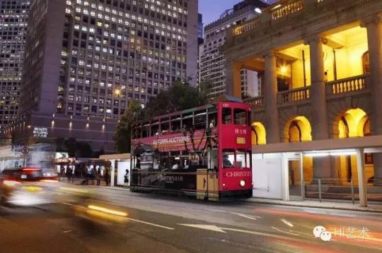 每到拍卖季,香港街头的大巴、的士总会换新装