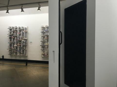 Job Koelewigin 《释放2》,艺术家诵读书籍,纪录内容和声音一一呈现