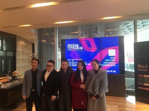 开幕式现场,ARTYOO创始人杨黎(右一)、策展人张红雷(右二)、艺术家杨凯(左二)、陈浩洋(中)