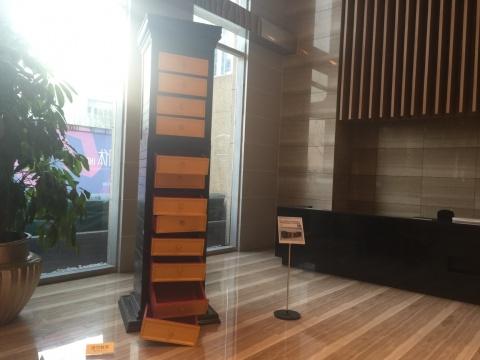 展览现场,图为杨威作品《我们习惯了利用成就去习惯地消费今天的成就》