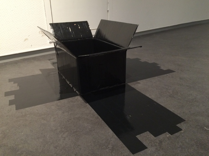 文豪在现场用纸箱和黑色胶带即兴创作的《黑色的维度》