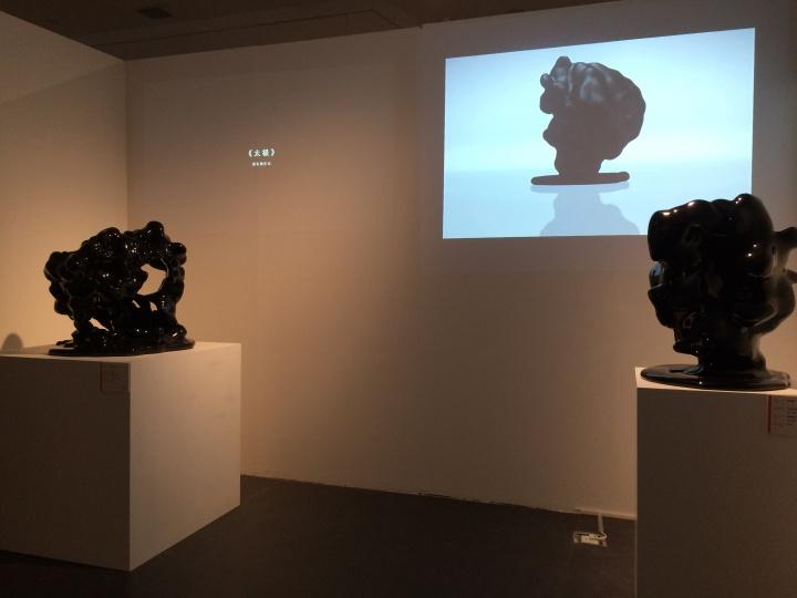 周长勇的雕塑影像作品《太极》和《来自Django Unchained》
