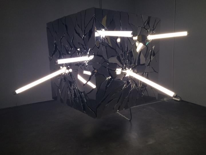 李晖《刹那》 190×180×140cm 不锈钢、LED灯 2015
