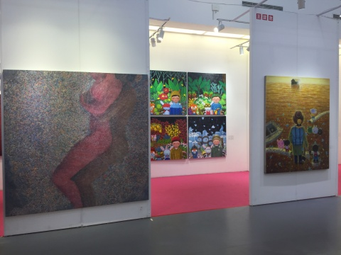 艺术家张佳颖的作品(左)与艺术家王亚龙的作品展区一角