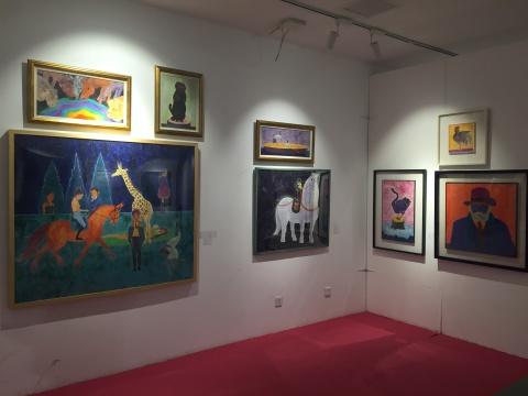 """艺术家郭柯君的个展区,如同带观众领略了一个充满童趣的""""动物世界"""""""