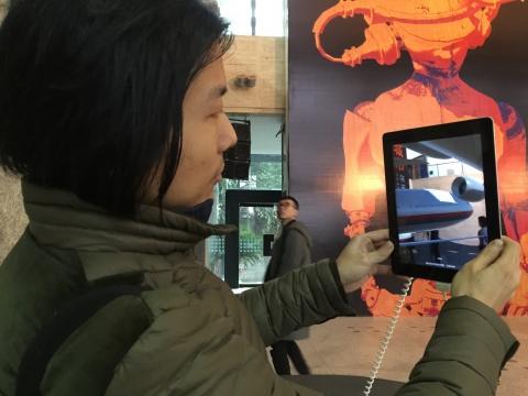 再寻常不过的一个pad,轻触屏幕,屏幕瞄准海报,在艺术家手中我们看到了不只是飞机