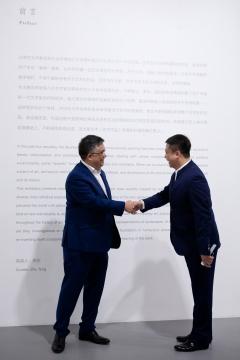 策展人朱彤与今格艺术中心董事长王杰于开幕现场