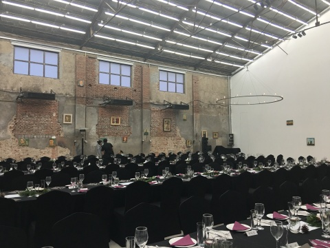 星空间平安夜晚宴的现场,倪军的肖像作品成了整场晚宴的背景