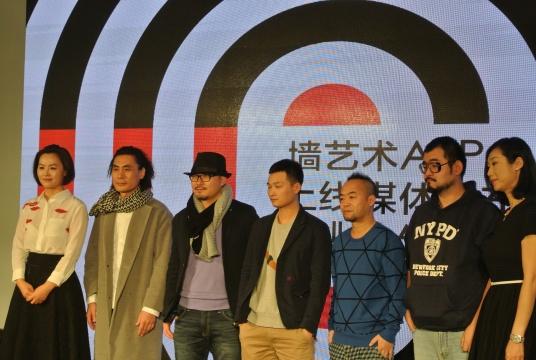 苏晏(左)与(设计师)孙初、(艺术家)陈文波、李承久、陈羽丰、张玥合影