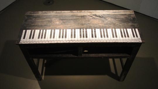 寿盛楠 《钢琴桌》 130×40×55cm 课桌、修正液、光敏电阻、扩音器、感应装置 2015 推荐人:蔡锦