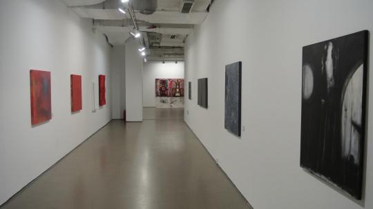 狭长的走廊通道被各式绘画所装扮