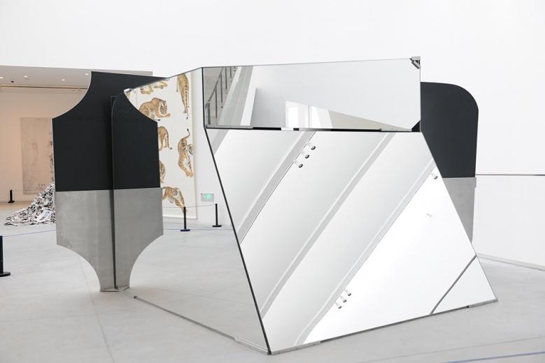 """""""中国当代艺术年鉴展2014""""在北京民生美术馆展出,刘韡《迷局》,玻璃形成一种对现实的折射,切割的形态决定了在行走中隐藏着遗失的死角"""