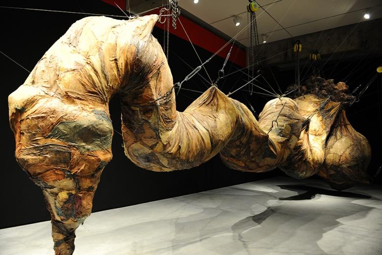 姜杰《大于一吨半》,在所有缠绕的凝固之中,被放大的细节与压迫扑面而来