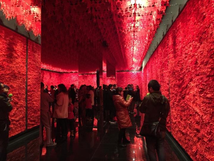 今日美术馆年末压轴力作吕胜中个展《上世纪》,此为作品《人墙》