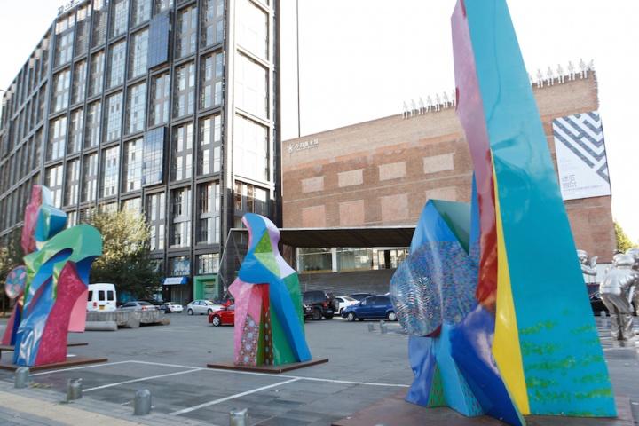 戈勃朗的雕塑位于今日美术馆户外