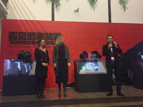 左起:阿波罗艺术网董事郝友、意大利策展人Maria、艺术家邹操