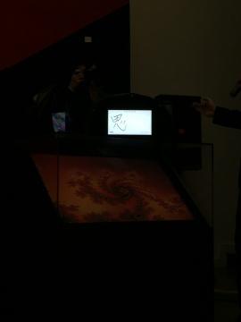 邹操在现场演示其作品《发光的艺术》