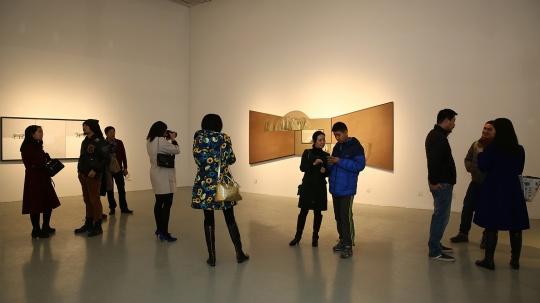 2016年1月16日,艾米李画廊的开年展聚焦在一位毕业于四川美术学院油画系的刘玉洁身上。A、B展厅全空间开放展示了这位80后女性艺术家在京的首个大型个展维度与轨迹,正式与北京观者们见面。首次见到刘玉洁的画面,自然不会放过画面不规则形的外框,画面中极具舞台感的空间关系,这也是近两年艺术家刘玉洁尝试在画面中去表达的内容:在传统绘画的空间,以及现实生活中不同空间相互转换所产生的关系。正如刘玉洁在采访中所讲:接下来我会更多的涉及到现实空间的转换,以及空间与光的关系,空间与运动轨迹的关系,以及自身对周遭