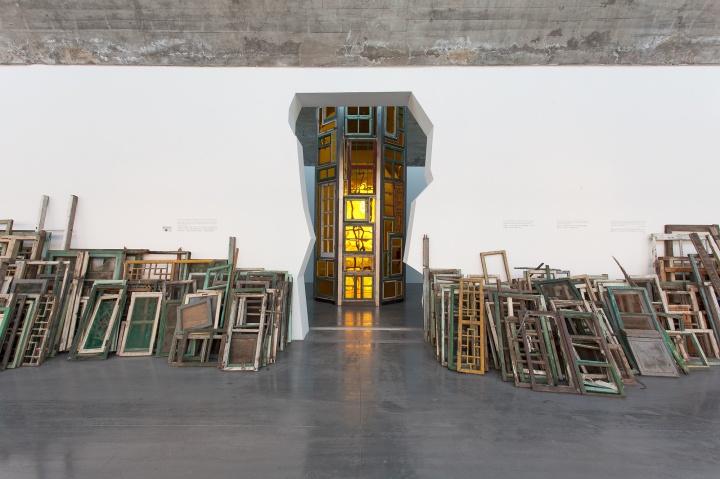 展厅入口被改造成修饰过的废墟模样,两侧随意摆放的废旧窗框似作品又不似作品