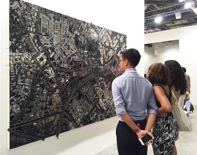 如同2014年白立方于香港巴塞尔带去达明·赫斯特为国内客户定制的《北京》如出一则,此次聪明的达明·赫斯特2014年创作的《新加坡》,不知此次又会花落谁家?