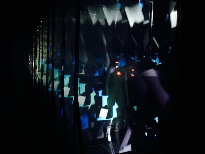 """""""艺术云图""""承办的""""2016 中国光影艺术展映""""作为""""2016年成都东湖艺术季""""的重要项目于1月20日亮相红美术馆,此为光物质实验室X于惋宁2016年作品《筑/异》,这件服装、影像空间装置前驻足的观众最多、最久"""