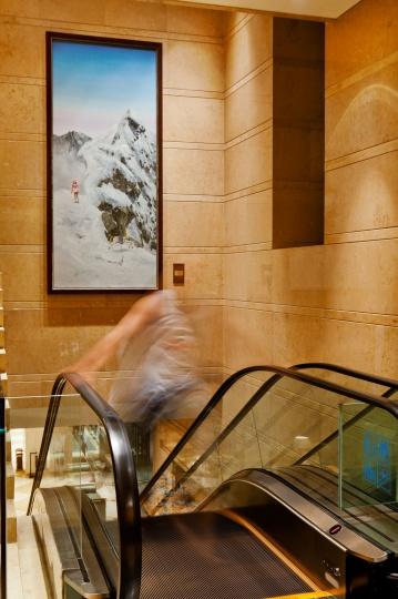 二楼电梯屠洪涛油画《雪山》
