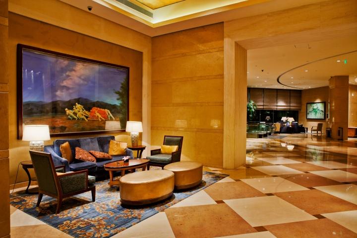 吉磊的《传说系列》位于宴会厅入口