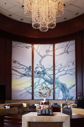 二楼大堂酒廊处的三联巨作是郭晋的《晨曦》