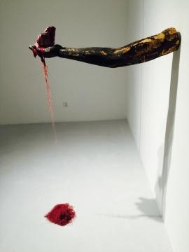 靳山2015年作品《占有者》