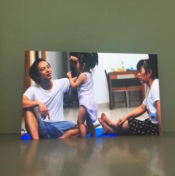 """视频纪录:李燎用一年零八个月的时间教女儿说她人生的第一句话""""艺术是真空"""""""