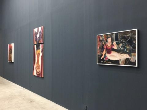 刻意选择深色的展墙 同时迎合了马文婷作品画面的色调