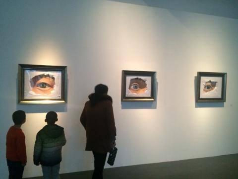 岳艳娜《窥系列》,参观作品的小朋友因为作品眼睛会动充满好奇