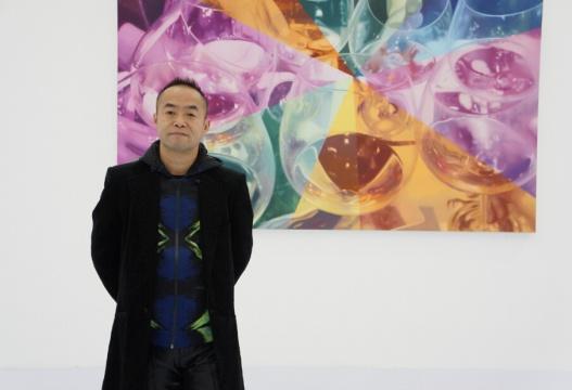 艺术家陈文波,背景作品为《最后一杯NO.1》 布面油画 300×200 2015