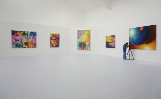 展览现场,白色空间环境与陈文波作品中的色彩形成强烈的对比。