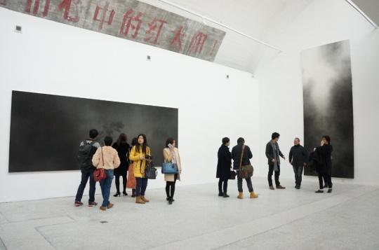 """展览现场,几张大尺幅水墨与白色墙面 的映衬也是艺术家的另一重""""造境""""。"""