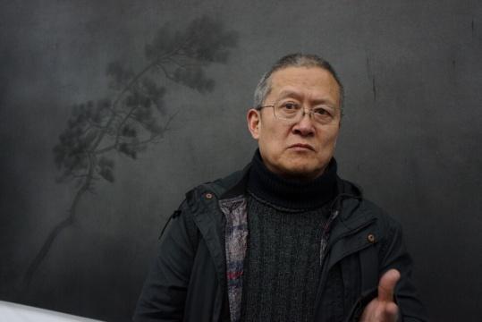 艺术家朱建忠在现场接受采访