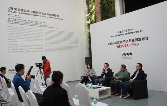夏季风(左二)详细介绍了2016年展览项目计划