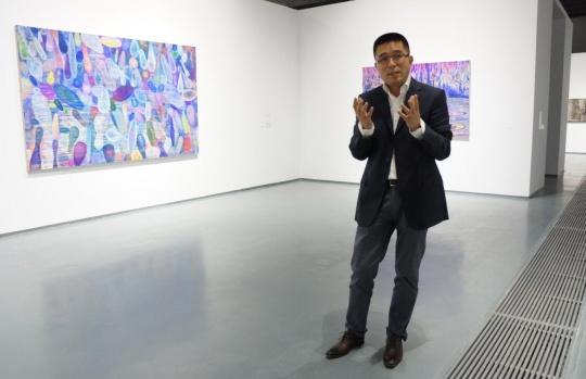"""夏季风对""""过于喧嚣的孤独:中国当代艺术中的潜行者""""做导览"""