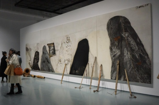 艺术家尚扬2015年新作《剩水图-1》,其中包括布面综合材料、现成品及多媒体装置。