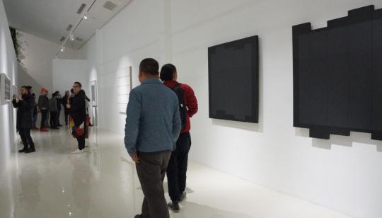 镜像和同样内容的不同形式并置,构成了刘国强图像作品的主题,简洁的形式给了观者更多遐想的空间。