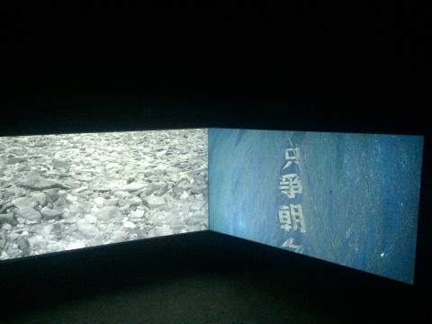 雎安奇《大字》截屏,在地下看到的、看不到的、被遗忘的碎石,随着视角越来越高时,石头也越发清晰。