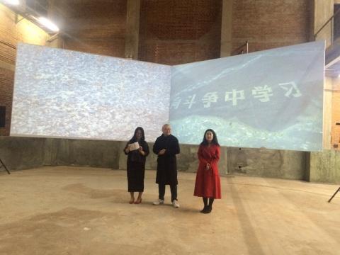 雎安奇《大字》开幕现场,左1为在3画廊艺术总监棉布,左2为艺术家雎安奇