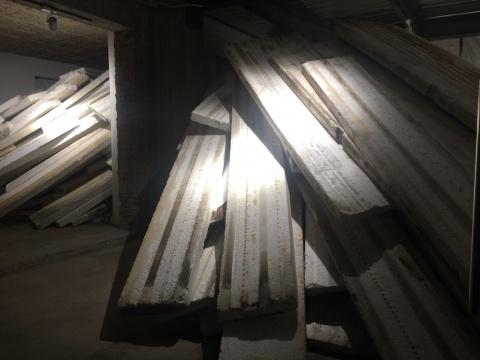 雎安奇的装置作品《革命》,这一作品,找到了整个展览和在3画廊教堂空间,这座高挑的工业废墟之间的隐喻。