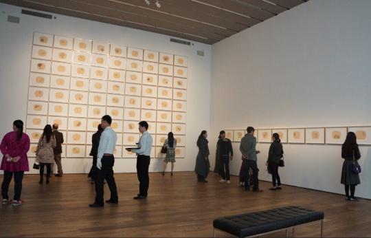 展览开幕现场,背景为冰逸作品《百妖图》。