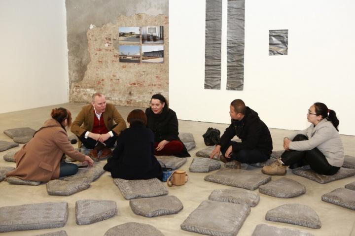 观众可以坐下来,聆听关于这些坟墓主人的故事。 策展人西门∙柯壁(左二)、艺术家柯里思∙瀑布(左四)