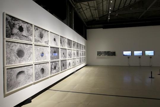 庄辉 《东经109.88° 北纬31.09°》黑白数码打印图纸、纸、录像 1995-2008
